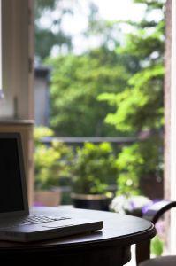 Ablakban laptop